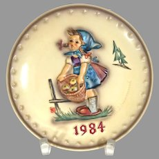 """Vintage Hummel Annual Plate from 1984 No. 277 """"Little Helper"""" In Great Condition! (HC0012R) Near Mint Condition Hummel Plate 1984 """"Little Helper"""" Comes with Box!"""