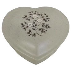 Vintage Circa 1948 Pfaltzgraff Heirloom Ceramic Heart-shaped Box with lid (OTH10465)