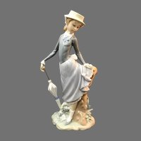 "Elegant Lladro Figurine ""Lady With Parasol"" In Good Condition (OTH10561) Porcelain Lladro Figurine c. 1970"