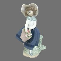 "Elegant Lladro Figurine ""Pretty Pickings"" No.5222 In Very Good Condition (OTH10567) Porcelain Lladro Figurine c. 1980"