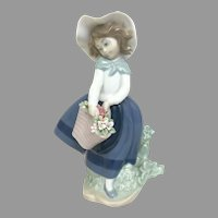 "Elegant Lladro Figurine ""Pretty Pickings"" No.5222 In Very Good Condition (OTH10567) Porcelain Lladro Figurine c. 1980 on SALE Thru 12-17-2020"