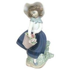 "Elegant Lladro Figurine ""Pretty Pickings"" No.5222 In Very Good Condition (OTH10567) Porcelain Lladro Figurine c. 1980"