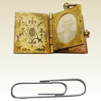 Miniature photo locket for your lady. c 1900