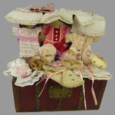 """Adorable antique French burgundy doll travelling trunk with extensive trousseau for your 6"""" (15-15,5cm) mignonette"""
