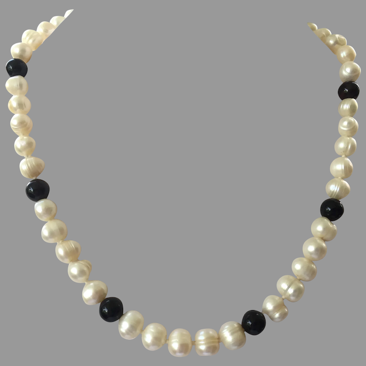 Freshwater Pearl Necklace with Gold and Onyx Beads Vintage 18