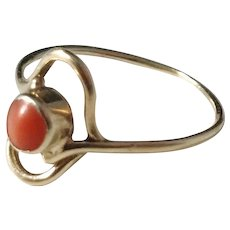 Small Mid Century 14k Gold Coral Ring. Size 6