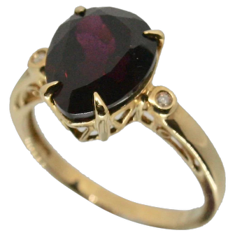 10k Pear Shaped Garnet with 2 small round diamonds~ Size 7.25