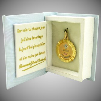 """""""+ Que hier - Que demain"""" French pendant/ love charm by A. AUGIS in its box, France 1960 18kt gold"""