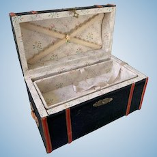 Fine Artist trunk for your fashion doll.