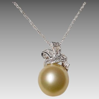 Elegant Golden South Sea Pearl Pendant Diamonds 18 KT W-Gold - Fine Pearl 15 MM - Vintage 70's