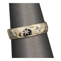 Vintage Star Engraved Wedding Band Ring in White and Yellow Gold 14k