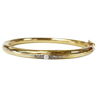18kt Bangle Bracelet set with a Cultured Pearl and Diamonds in PLAT.