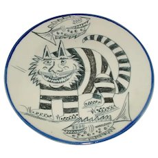 """Rare 10 1/8"""" Original Vintage Signed & Dated 1998 Modern Black & White Studio Art Pottery / Porcelain Plate Created by La Cienega, New Mexico Robert """"Bob"""" Brodsky that Displays a Mischievous Cat w/ Human-Like Face & Two (2) Cartoon-Like Fish!"""