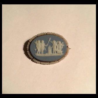 Antique 10k Wedgwood oval cherubs brooch