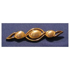 "Signed ""Monet"" brooch With Faux Pearl Colored Decoration"
