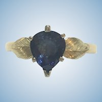 Vintage natural pear shaped sapphire ring in 18 kt yellow gold
