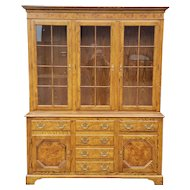 Very Nice Traditional Oak w/ Burl Elm Baker Furniture Queen Anne Style Dining Room China Cabinet c1980s