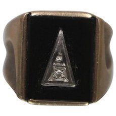 10k - Vintage Mens Gents Black Onyx & Diamond Ring w/ Etched Shoulders and Triangle Pattern in Yellow Gold