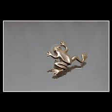 14k - Sprawled Out Climbing Jumping Frog Tie Tac in Yellow Gold