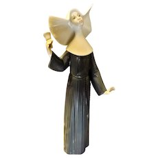 "Lladro Blue Nun ""Call To Prayer"" - 5551 - Jose Puche 1988"