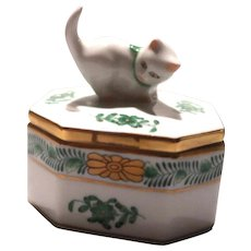 HEREND Trinket Box With Playful Cat Finial, Chinese Bouquet Green Pattern