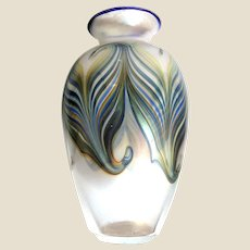 STEVEN LUNDBERG (American 1953 - 2008)  Outstanding Large Hand-Blown Pulled Feather Glass Art Vase - 11 inches tall
