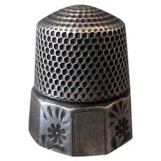 Vintage Size 10 Goldsmith Stern Sterling Silver Thimble - Alternating Floral Panel