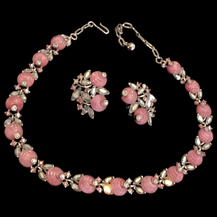 consistenza netta prezzi di sdoganamento seleziona per originale Trifari Pink Glass and Rhinestones Necklace and Earrings
