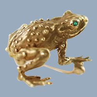 Vintage 18K Yellow Gold Figural Frog Brooch Pin with Emerald Eyes