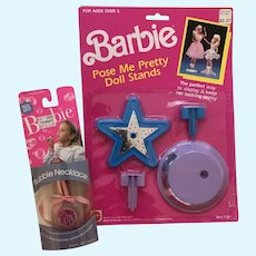 Barbie Pose Me Pretty Stands / Bubble Necklace- NRFB