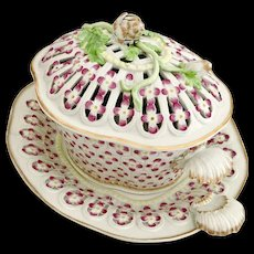 Rare Worcester chestnut basket, cover and stand, reticulated with moulded flower buds, 1st Period 1770-1775