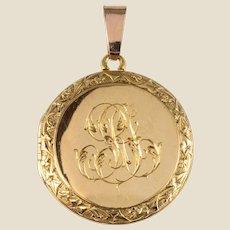 French 1900s 18 Karat Yellow Gold Chiselled Medallion Pendant