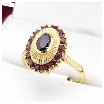 Very nice old 18k quality 1970's Vintage Garnet ring, with an Oval starburst engraved pattern as a feature.