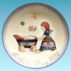"Berta Hummel: Mother's Day 1978 Plate ""Afternoon Stroll"""