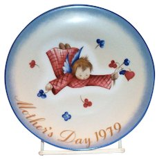 "Berta Hummel: Mother's Day 1979 Plate: ""Cherub's Gift"