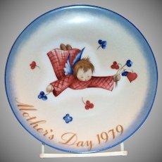 "Berta Hummel: Mother's Day 1979 Plate: ""Cherub's Gift"