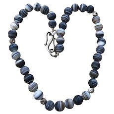 An attractive and showy finely polished agate beaded necklace