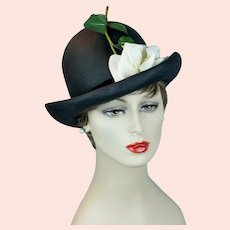 1960s Black Straw Upturned Brim Hat with White Rose Floral, Sz 21