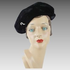 6f97bb9609a 1940s Vintage Hat Black Velvet Asymmetrical Cap with Clear Rhinestone  Brooch Sz 21. Alley Cats Vintage