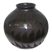 "Mata Ortiz Black Pottery Olla by Nicolas Silveira - Feat. Feather Pattern - 11 1/2"" Tall"