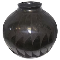 """Mata Ortiz Black Pottery Olla by Nicolas Silveira - Feat. Feather Pattern - 11 1/2"""" Tall"""