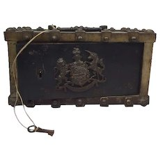 Victorian vault with key with the royal coat of arms of the royal family in England, made by Bauche Brevete - France - Ca. 1870
