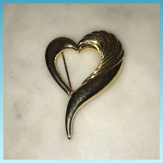 Costume fashionable Goldtone Heart Brooch Pin 1970's