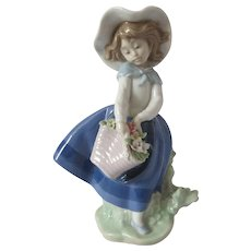 Lladro Figurine 5222 Pretty Pickings Girl With Flowers Mint Condition  Free Shipping - Red Tag Sale Item