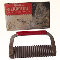 Vintage BAKELITE Kitchenware Serrater/Meat Tenderizer Marked HUOT Manufacturing Co. Mint in Original Cardboard Holder