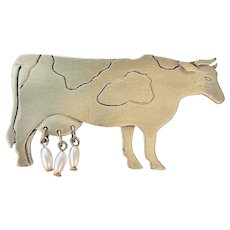 JJ  signed Cute Cow Silvertone Pin Brooch with Faux Pearl Utters