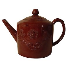 Staffordshire Redware Teapot with Emblems from the Royal Arms: Dieu et Mon Droit c.1745