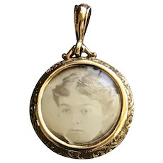 Victorian Mourning Locket in 9CT Gold w/ Repousse