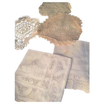 Selection of small linen items, doilies etc