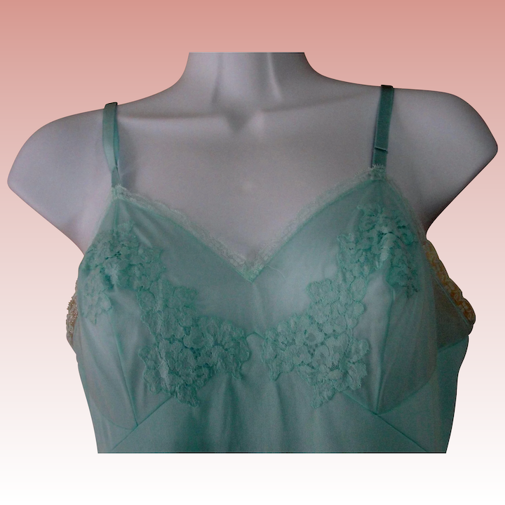 413d7e227a7 Lace Slip Aqua Blue Nylon VANITY FAIR Vintage 32 Small USA   Chantilly  Vintage